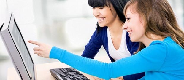 alunas usando computador