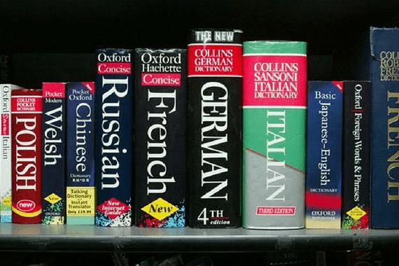 Dicionários de Idiomas em estante