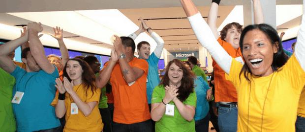 estagiários da Microsoft comemorando