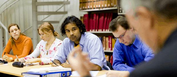estudantes de doutorado conversando com orientador