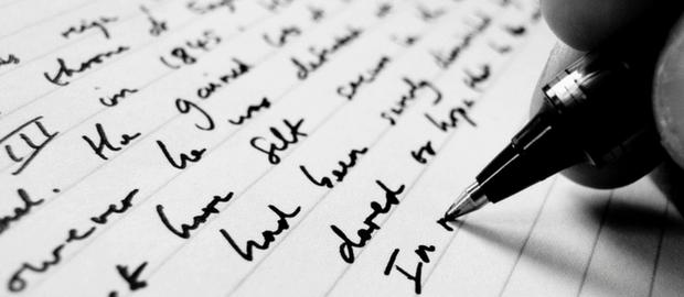 caneta fazendo anotações no papel