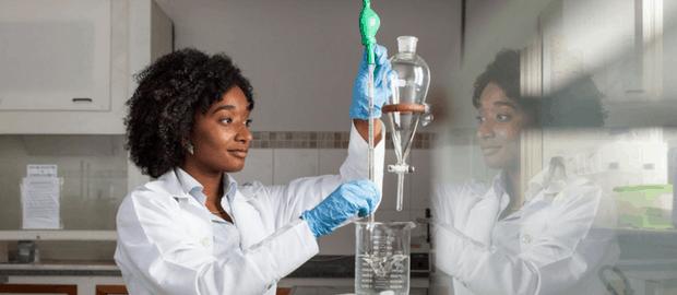 A brasileira Nadia Ayad realizando pesquisas em laboratório