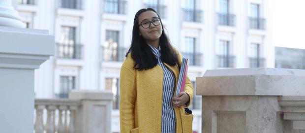 mulher estudante segurando livros