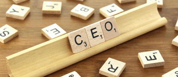 blocos de madeira formando a sigla CEO
